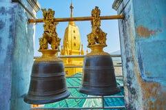 Sinos rituais em Popa Taung Kalat Monastery, Myanmar fotos de stock royalty free