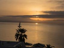 Sinrise sopra la baia sopra la città principale sull'isola greca di Corfù Fotografia Stock
