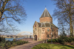 Sint Nicolaas waalbrug w Nijmegen i kościół Zdjęcia Stock