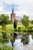 Sint Pieters富伦,反映水表面上的比利时教会其中一个Commandery城堡的池塘 库存照片