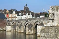Sint-Servaasbrug e orizzonte vecchia Maastricht concentrare Immagini Stock Libere da Diritti