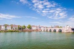 Sint Servaasbrug en Masstricht fotografía de archivo