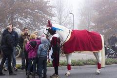 Sinterklaas和Zwarte Piet到达 免版税库存照片