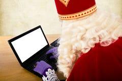 Sinterklaas avec le carnet ou l'ordinateur portable image stock