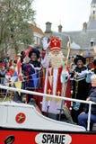 Sinterklaas che arriva sulla sua nave a vapore con i suoi assistenti neri (ZW Fotografia Stock