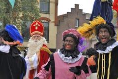 Sinterklaas, das auf seinem Dampfschiff mit seinen schwarzen Helfern ankommt (ZW Lizenzfreies Stockfoto