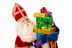 Sinterklaas, das Geschenke zeigt Stockfotos