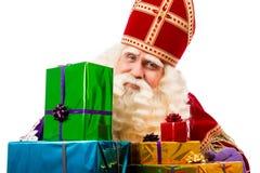 Sinterklaas, das Geschenke zeigt Lizenzfreie Stockfotos