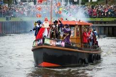 Sinterklaas die op boot aankomen Stock Foto's
