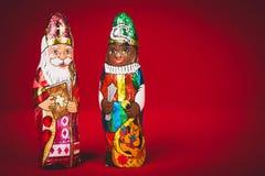 Sinterklaas en zwarte pete Nederlandse chocoladecijfers Stock Afbeelding