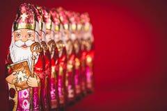 Sinterklaas Figure olandesi del cioccolato in una fila Immagine Stock