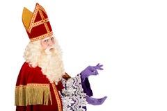 Sinterklaas holdingsomething en el fondo blanco Imagenes de archivo