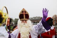 Sinterklaas i Nederländerna, holländsk traditionell beröm som Santa Claus med mycket diskussion om hjälpredasvart Pete royaltyfri fotografi