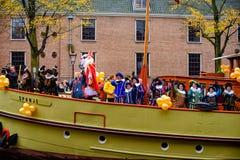 Sinterklaas junto con sus duendes en su barco de vapor tradicional Foto de archivo libre de regalías
