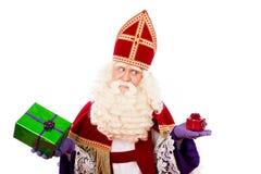 Sinterklaas montrant des cadeaux photos stock