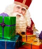 Sinterklaas montrant des cadeaux photographie stock libre de droits
