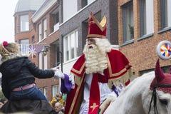 Sinterklaas och Zwarte Piet som ankommer Fotografering för Bildbyråer