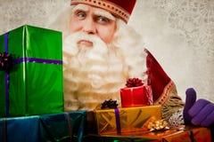 Sinterklaas ou Saint-Nicolas montrant des cadeaux images libres de droits
