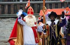 Sinterklaas som ankommer på fartyget arkivfoton