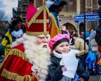 Sinterklass, Saint Nicolas che propone per le foto Fotografie Stock Libere da Diritti