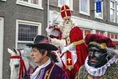 Sinterklass/Saint Nicolas, das für Fotos aufwirft