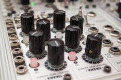 Sintetizador análogo, botões macro no equipamento da música imagem de stock royalty free