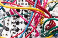 Sintetizador análogo - cabos que conectam o synth modular imagens de stock