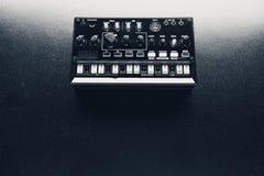 Sintetizador análogo preto foto de stock