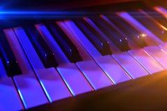 Sintetizador del teclado con las luces coloridas en concierto Foto de archivo libre de regalías