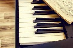 Sintetizador del teclado con las notas Imagen de archivo libre de regalías