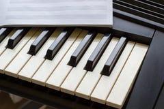 Sintetizador del teclado con las notas Imagenes de archivo