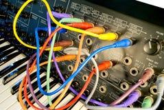 Sintetizador del vintage con los cables coloridos de la trayectoria Imágenes de archivo libres de regalías