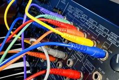 Sintetizador del vintage con los cables coloridos de la trayectoria Fotografía de archivo libre de regalías