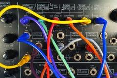 Sintetizador del vintage con los cables coloridos de la trayectoria Fotografía de archivo