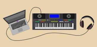 Sintetizzatore sano con le cuffie ed il computer portatile Fotografie Stock