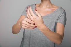 Sintomas da doença do ` s de Parkinson Feche acima do tremor que agita as mãos do paciente de meia idade das mulheres com doença  fotos de stock royalty free
