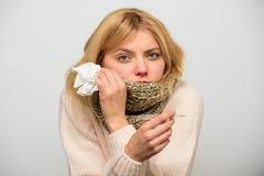 Sintomi di influenza di temperatura La donna ritiene male a causa di febbre Abbia bisogno del farmaco per febbre Ragazza in termo fotografia stock