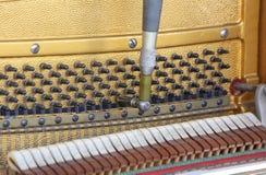 Sintonizador dentro de un piano con poco martillo Imagen de archivo