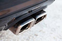 Sintonizzando il silenziatore ed i tubi di scarico cromati brillanti di nuove parti potenti dell'automobile di Mercedes AMG di un fotografie stock libere da diritti