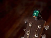 Sintonizzatore per la chitarra, suono di E, sesta corda Fotografia Stock Libera da Diritti