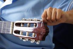 Sintonizzazione della chitarra Fotografie Stock Libere da Diritti