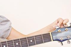 Sintonizzi in su la chitarra acustica classica. Immagini Stock Libere da Diritti