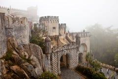 Sintra, il Portogallo, palazzo di Pena e giardino nella nebbia Fotografie Stock