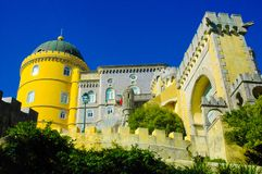 Sintra Pena pałac Krajowa fasada i Mauretańska brama, podróż Lisbon, Portugalia zdjęcie stock