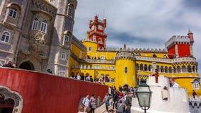 SINTRA PORTUGAL APRIL 5, 2018: Oidentifierade turister besöker den majestätiska slotten da Pena i Sintra, Portugal stock video