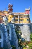 SINTRA, PORTUGAL/CIRCA MEI 2014 - Panorama van de torens van het Pena-paleis in Sintra, Portugal (Parque e Palacio Nacion Stock Afbeeldingen