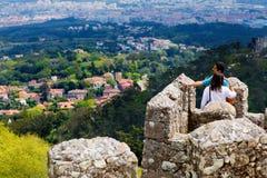 Sintra, Portugal, 2015 04 20 - een paar bovenop Mourish-Kasteel stock foto's