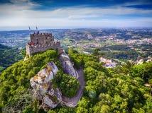 Sintra Portugal: flyg- bästa sikt av slotten av hederna, Castelo DOS Mouros som lokaliseras bredvid Lissabon royaltyfria foton