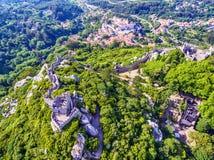 Sintra Portugal: flyg- bästa sikt av slotten av hederna, Castelo DOS Mouros som lokaliseras bredvid Lissabon royaltyfria bilder