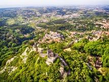 Sintra Portugal: flyg- bästa sikt av slotten av hederna, Castelo DOS Mouros som lokaliseras bredvid Lissabon royaltyfri fotografi